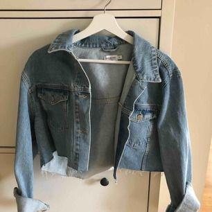 Cropped Jeansjacka från NAKD  Säljes pga fel storlek.  Aldrig använd