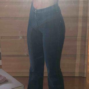Jeans från Elsa hosk kollektion, köpta för 600kr, använd fåtal gånger. Utsvängda högmidjade jeans. Fraktar eller möts upp i centrala Stockholm