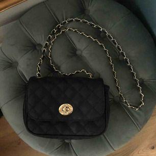 Jätte fin väska i svart med gulddetaljer. Köpt för 300kr. Använd fåtal gånger.   Fraktar eller möts upp i centrala Stockholm