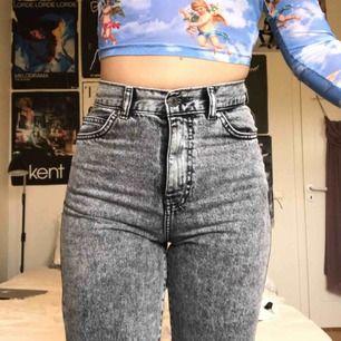 Gråa jeans från doktor denim i super bra skick! De är länge 30 och midjan 26. De sitter som ett par mom jeans om de passar rätt så lite större än på mig då de är en storlek försmå. Köparen står för frakt