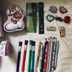 Skolpaket till den som kanske börjar skolan i höst? Brevpapper, pennor, suddin, block etc. Allt för 50 eller bud! Frakt tillkommer.