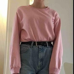 jättesöt rosa tröja med en ros på från h&m! säljer då den aldrig har använts, den är dock lite nopprig. köpte den för 200 kr :))