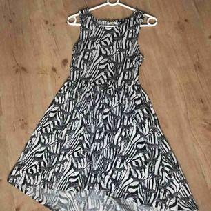 Zebra klänning från H&M, med en fungerande dragkedja på baksidan. Snyggt fall och fin passform.