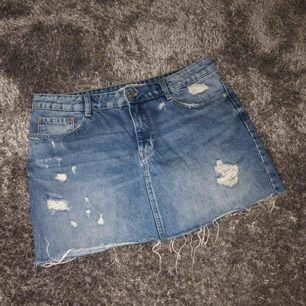 Skitsnygg kjol från ZARA. Storlek L men är liten så passar 36/38/M bra. Fint skick! Frakt ingår.