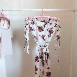 Oanvänd gullig klänning  Om du är 164cm den sitter som på bilden!