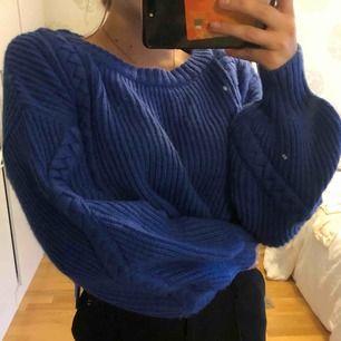 Croppad blå stickad tröja med balong ärmar!! Skitsnygg verkligen men har inte kommit till användning