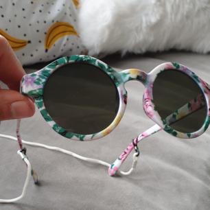 Oanvända solbrillor från Eivy. Mitt huvud är ej skapt för solglasögon..därför passade ej dessa...typiskt... överlåter dem till nästa lyckliga ägare, skickar med halsremen också 🎉