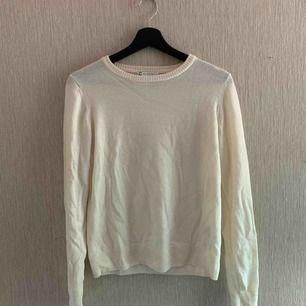 """""""Stickad"""" vit långärmad tröja i benvitt, frakt ingår i priset!!! Köpt är köpt!!!"""