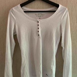 """Ribbad långärmad t-shirt i vitt med """"knapp-detalj"""", frakt ingår i priset!! Köpt är köpt!!!!"""