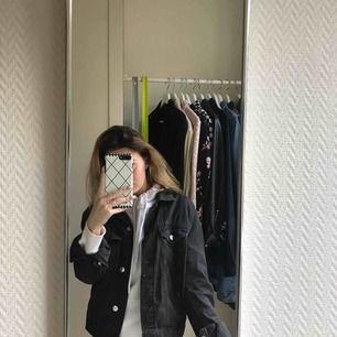Svart/grå jeansjacka från H&M, den är i fint skick (: passar mig som vanligtvis har xs-s