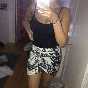 svart/vit kjol, för liten för mig då den är ganska tight