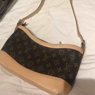 Väska från Louis Vuitton (fake) köpt av en tjej för ett tag sedan men den har aldrig kommit till användning. Frakt medföljer