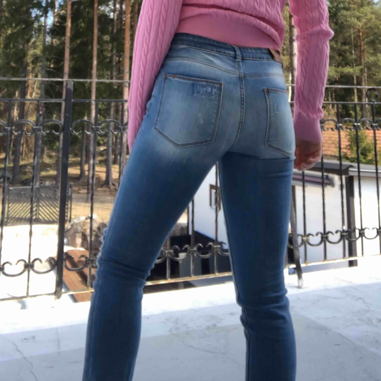 Så fina jeans från zara barn! De har fina hål med spets. Använda fåtal gånger men de passar inte på mig tyvärr:( Superfint skick!. Jeans & Byxor.