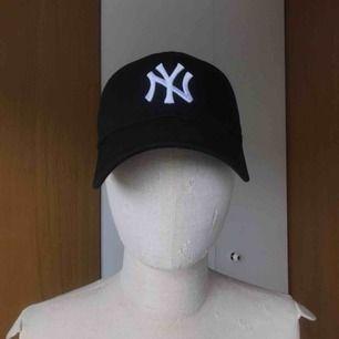 Svart New Era New York Yankees keps. One Size + justering där bak. Knappt använd.