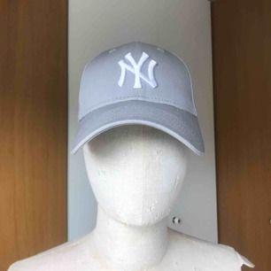 Grå New Era New York Yankees keps. One Size + justering där bak. Knappt använd.