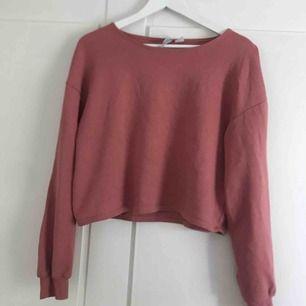 cropped tröja i väldigt fin rosa färg, står storlek XS men tycker den är lite stor för mig så säljer den, knappt använd. Skulle hellre säga den passar någon med som har S