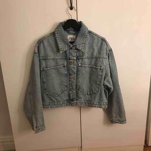 Otroligt snygg nyinköpt jeansjacka från Zara, lite croppad i modellen men huuur snygg som helst. passar perfekt t hösten och sensommaren😍😍❤️frakten ingår och jag tar endast swish😍❤️👅
