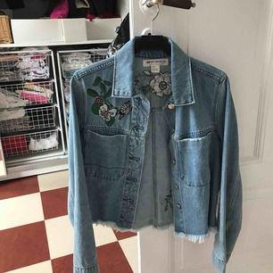 En jeansjacka med söta detaljer från H&M. Strl 34.