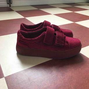Ett par röda sneakers från nakd i strl 38.