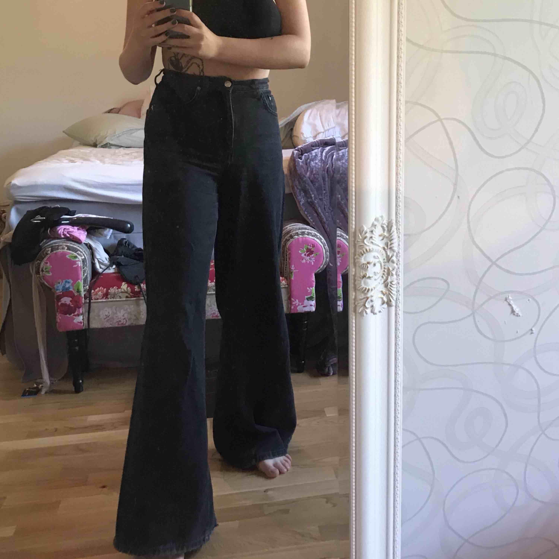 Tighta runt midjan och sedan väldigt loose och utsvängda! Som modellen Ace från weekday Storlek: 28/34. Jeans & Byxor.
