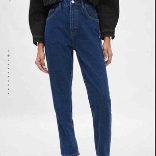 marinblå mom jeans från zara💖 köpta för ganska längesedan men inte så mycket använda. storlek 38 men sitter som 36🙂 frakt tillkommer