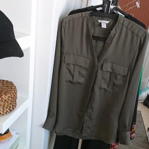 Skjorta i lent tyg, polyester. 70 kr inkl frakt 💚