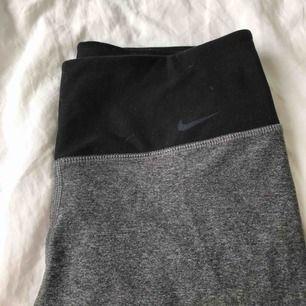 Super snygga Dri-Fit Nike tights. Anledningen till lågt pris är att dem har ett litet hål under ena knät(se bild) annars i topp skick! Strl S! Frakt 42kr