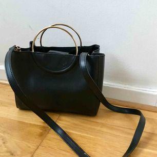 Jätte söt svart väska med guld handtag! Helt ny och mjukt läder! Går att hämta på söder, annars kostar frakt 50 kr!