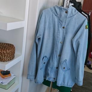 Jeansjacka 💙 Strl L men jag har s/m och har använt den som oversize. Sparsamt använd så den är i fint skick. Köpt för 500 kr förra sommaren  250 kr inkl frakt 🌸