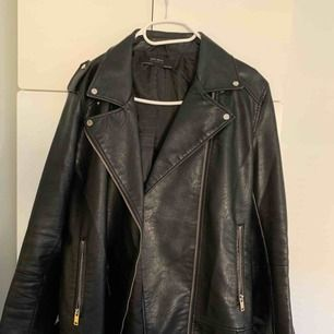 Snygg längre bikerjacka i skinnimatation från Zara.  Använd ett fåtal gånger.  Frakt 59