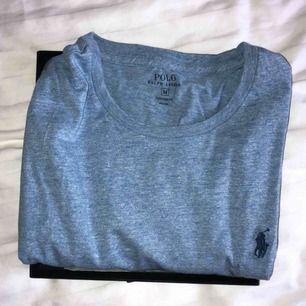Ralph Lauren herr t-shirt i storlek M. I totalt nyskick har aldrig blivit använd, köptes i London för 1 år sedan i RL butiken. Färgen är ännu finare i verkligheten! Lådan finns kvar, perfekt present till någon också☺️🦕 (frakt ingår!)
