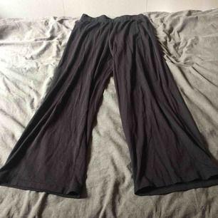 Högmidjade byxor med utsvängda ben, sparsamt använda. Fraktkostnad tillkommer på 30kr.