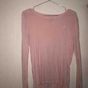 Rosa tröja från polo Ralph Lauren köpt från barnavdelningen med är lite för stor för mig som har XS/S  💗💗