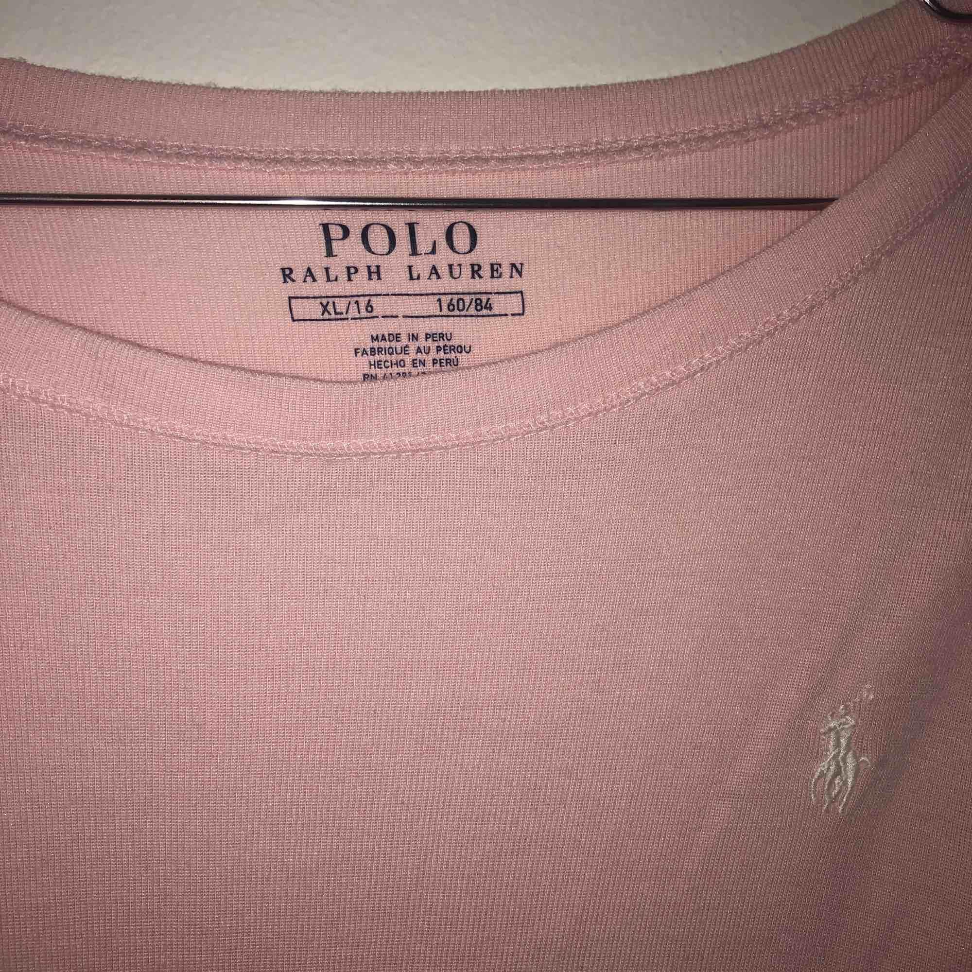 Rosa tröja från polo Ralph Lauren köpt från barnavdelningen med är lite för stor för mig som har XS/S  💗💗. Tröjor & Koftor.