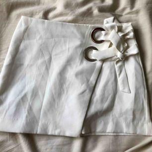 Superfin vit kort kjol från Pretty Little Thing. Älskar denna men har tyvärr vuxit ur den. Använd 2-3 gånger men den är som ny! Frakt tillkommer.