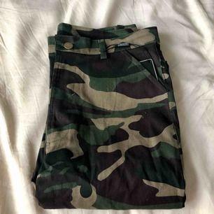 Militärbyxor som sitter löst och har resor vid anklarna och fickor på byxbenen. Helt oanvända och med prislappen kvar. Färgen på andra bilden stämmer inte men det är exakt samma modell. Frakt tillkommer.