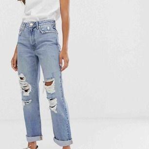 Ett par helt oanvända jeans från Asos, River Island som jag glömt att skicka tillbaka. Lite Levis 501 stil så inte tight på mig som är XS. Jeansen finns kvar ännu på Asos sida.  Skickas mot swish, postar alltid paketbild