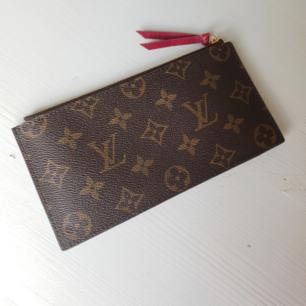 AA kopia Louis Vuitton plånbok/miniclutch Ser precis ut som den äkta