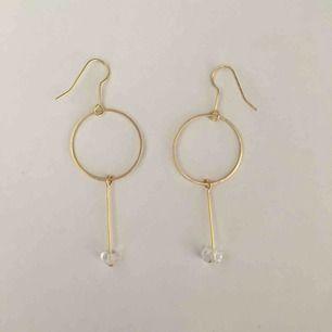 Handgjorda minimalistiska örhängen med glaspärla - frakt 9 kr