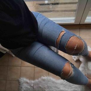 slitna jeans från gina , sparsamt använda och jätte fint skick , riktigt sköna och stretchiga.  - högmidjade  Fraktar men köparen står för betalningen !  köpta för 599 kr