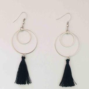 Handgjorda örhängen med svarta tofsar - frakt 9 kr