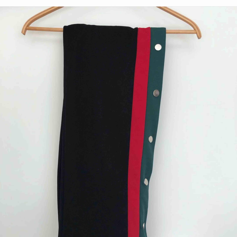 Trendiga knapp-byxor. Orginalpris 499kr. Frakt inkluderad. . Jeans & Byxor.