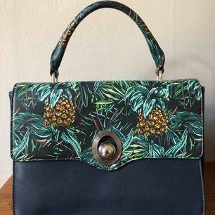 Super fin väska med utbytbar framsida och tillhörande axelband! Mycket rymlig med tre stora fack och ett mindre.