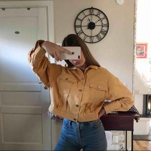 Skitsnygg nästan helt oanvänd gul jeansjacka från weekday! Köparen står för frakt (59kr). Originalpris 800kr
