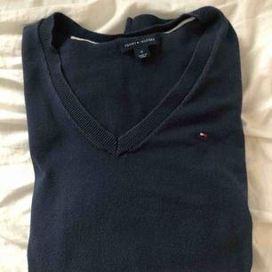 Marinblå långärmad tröja från Tommy Hilfiger i storlek M.  Endast använd ett fåtal gånger.  Kan skickas, köparen står för frakt 💞