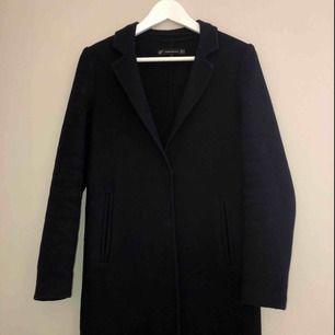 Super fin kappa från zara i mörkblått perfekt för hösten, perfekt att komplettera med dunjacka under