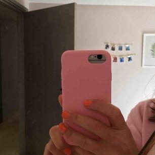 Superfint rosa skal, siliconaktig ovansida! 💕 fint skick! Köparen står för frakten (9kr) 🥰 iPhone 6/7/8