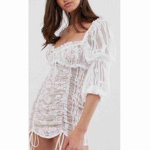 Nästan helt ny klänning från love≤mons. Nypris runt 3000 kr