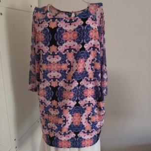 Tunika/klänning i färgglatt mönster. Storlek XS men passar upp till M.  Priset är exklusive frakt.