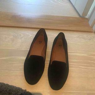 Loafers från HM i fint skick använda ett fåtal ggr. Säljs pga kmr tyvärr inte till anvnändning